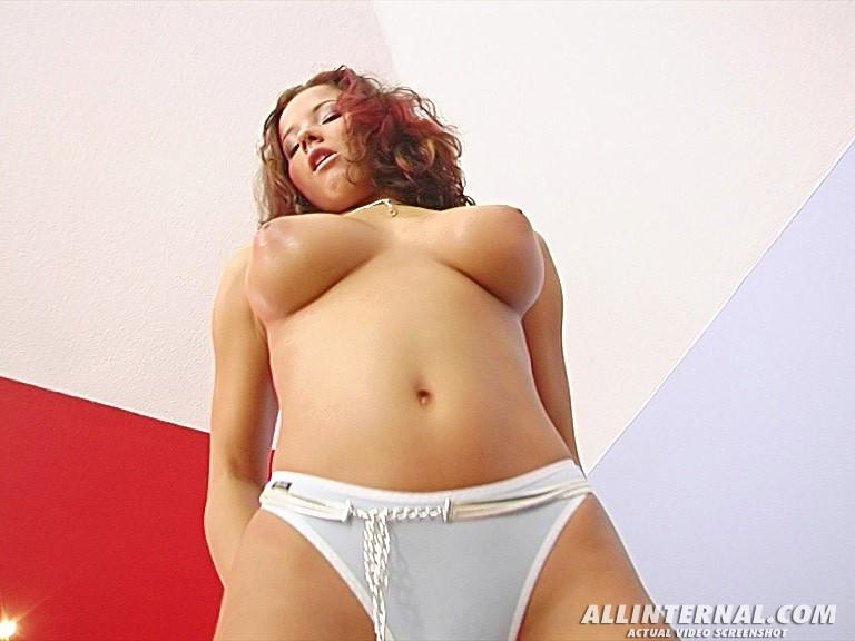 Пизда из вагины девушки с натуральной грудью