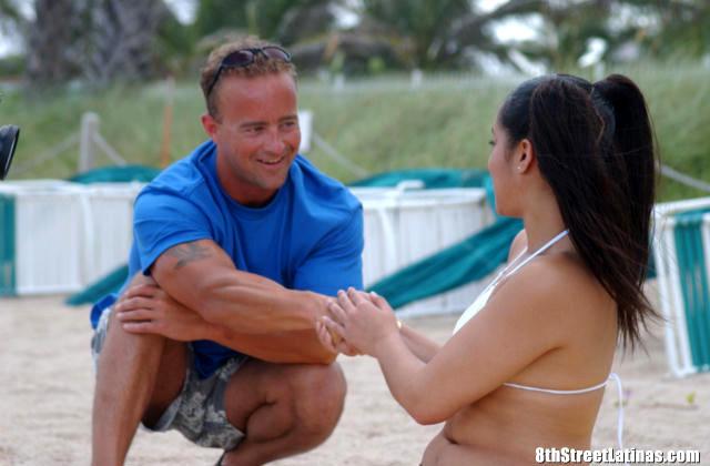 Латина загорала на пляже и позволила мужчине потрогать ее пизду