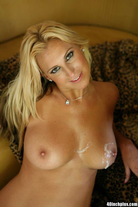 Сексуальная опытная блондинка знает все свои достоинства и быстро соблазняет мужчину, а затем позволяет кончить на себя