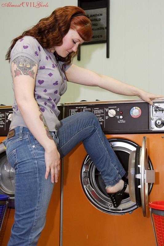 Девка зашла в прачечную и решила постирать все, даже белье, в котором пришла, поэтому ей приходится ждать голой