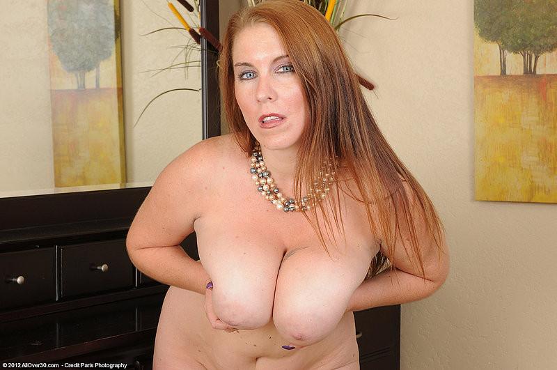 Рыжая женщина с большими грудями хочет помастурбировать