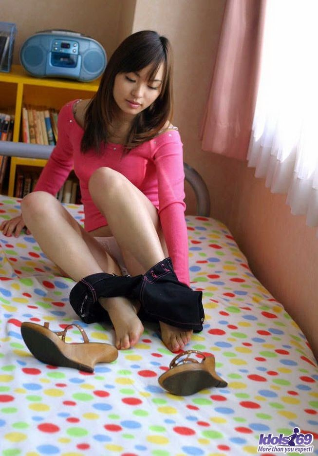 Азиатская милаха показывает какие у нее сиськи и лобок