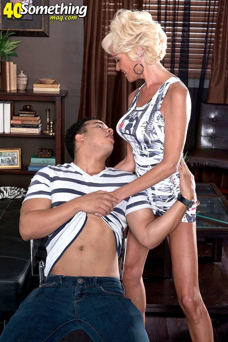 Опытная Ники запросто соблазняет молодого мужчину и он устраивает ей качественный секс