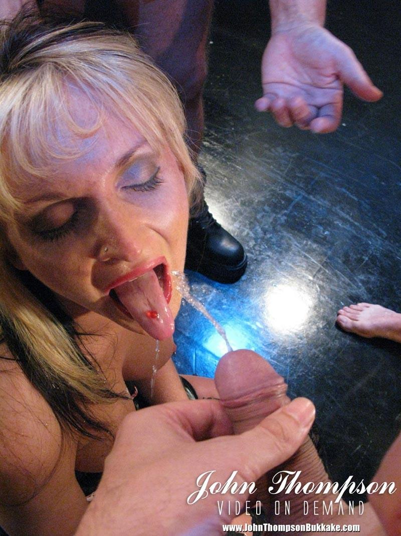 Надзиратели в тюрьме трахают телку в жопу и толпой ссут на нее, она пьет мочу мужиков а в конце лишается чувств