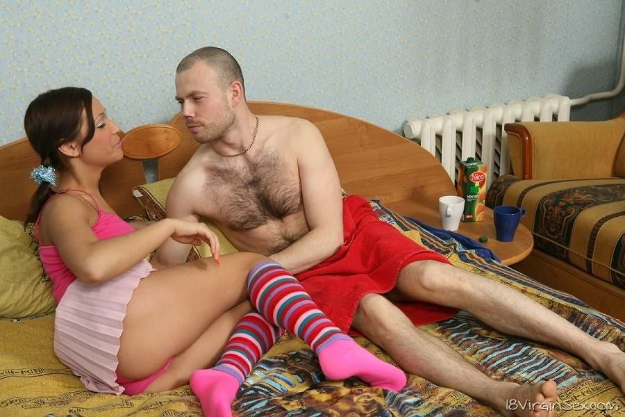Девушка с косичками возбудилась от волосатой груди парня и дала ему