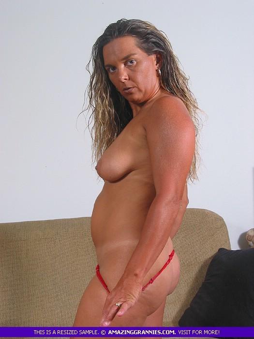 Загорелая пожилая женщина показывает свое тело для тебя