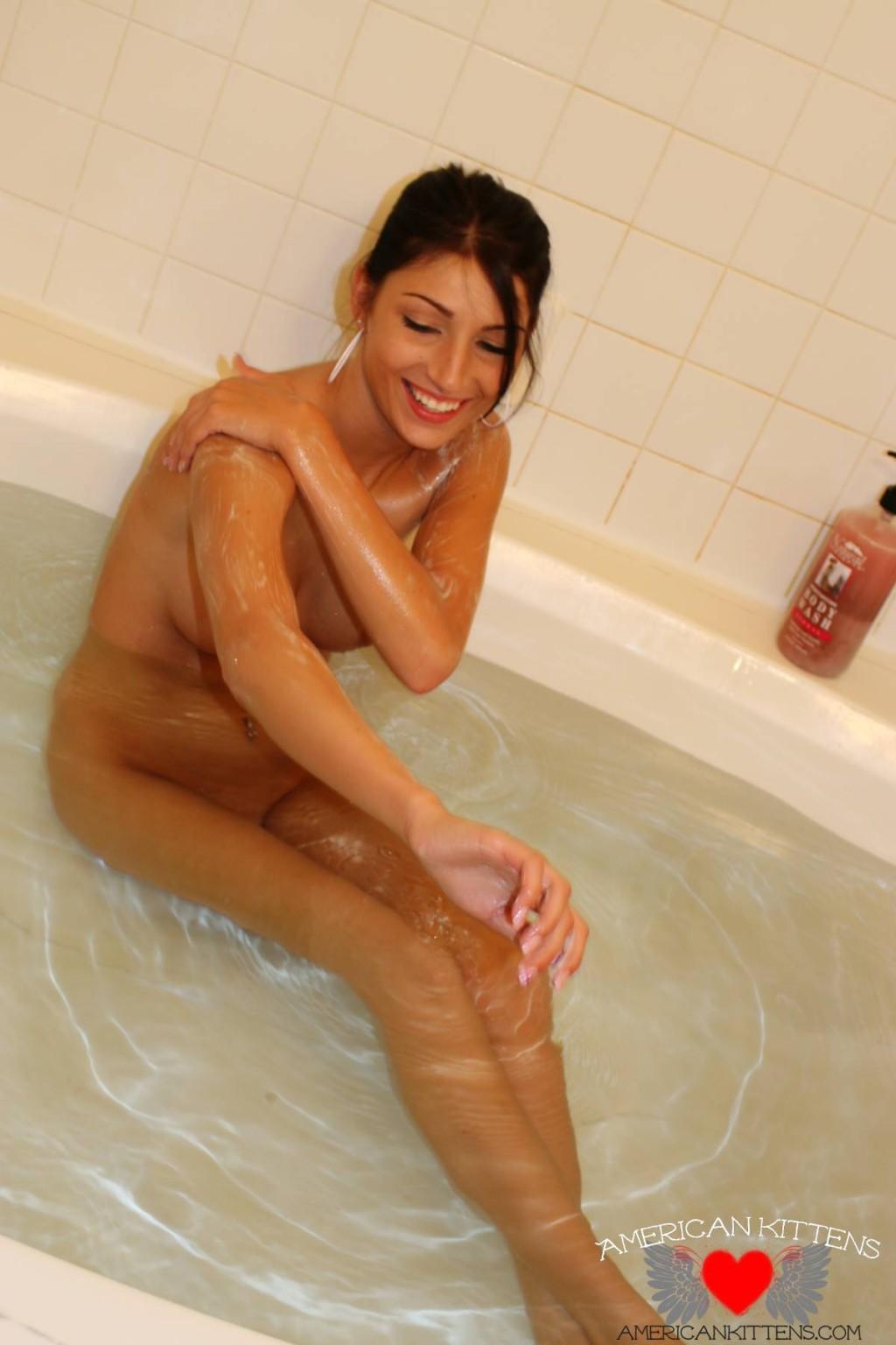 Сексуальная молодая брюнетка в ванной