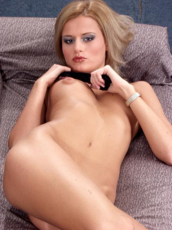 Блондинка раздвинула красивые ноги в сапогах и напоказ теребит свою пизду и лижет сосок