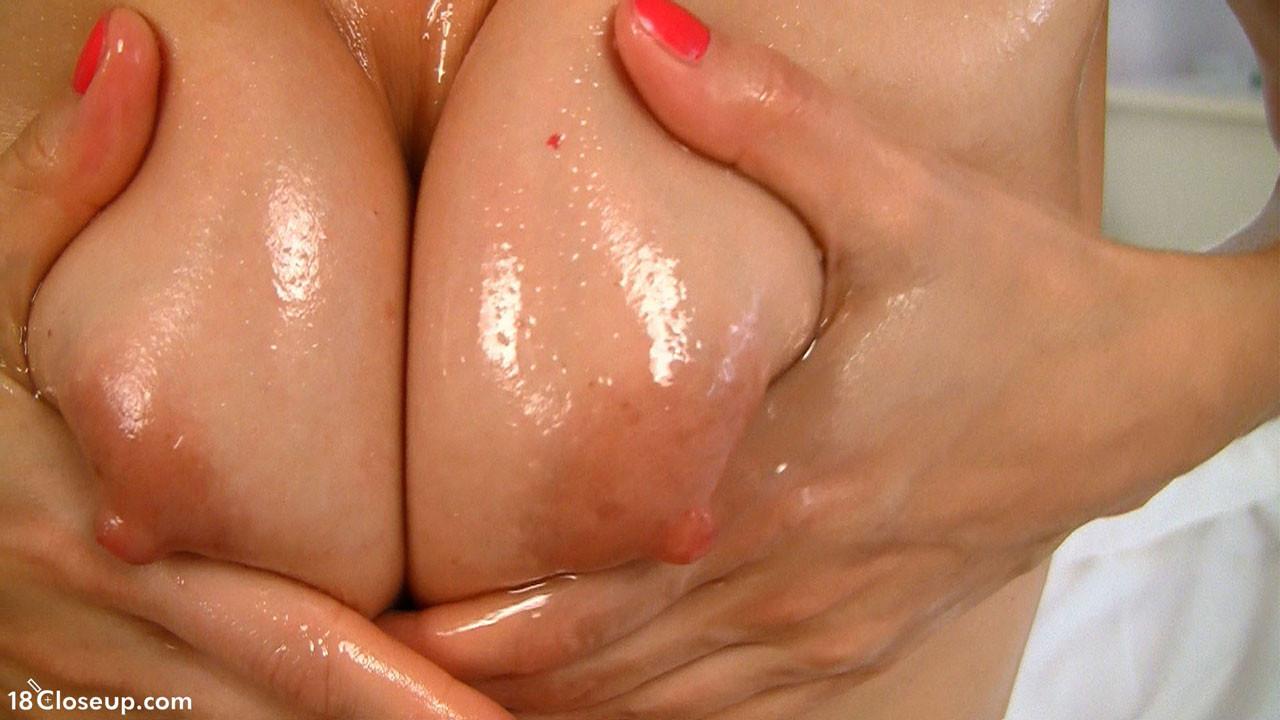 Телка полила свою лохматую вагину маслом и стала мастурбировать, она всегда кончала от таких непристойных ласк