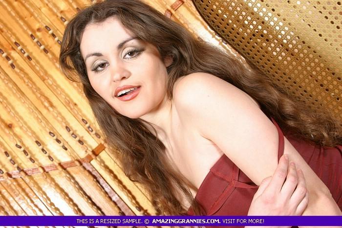 Роскошная молодая девушка принимает разные позы, чтоб показать свою естественную красоту