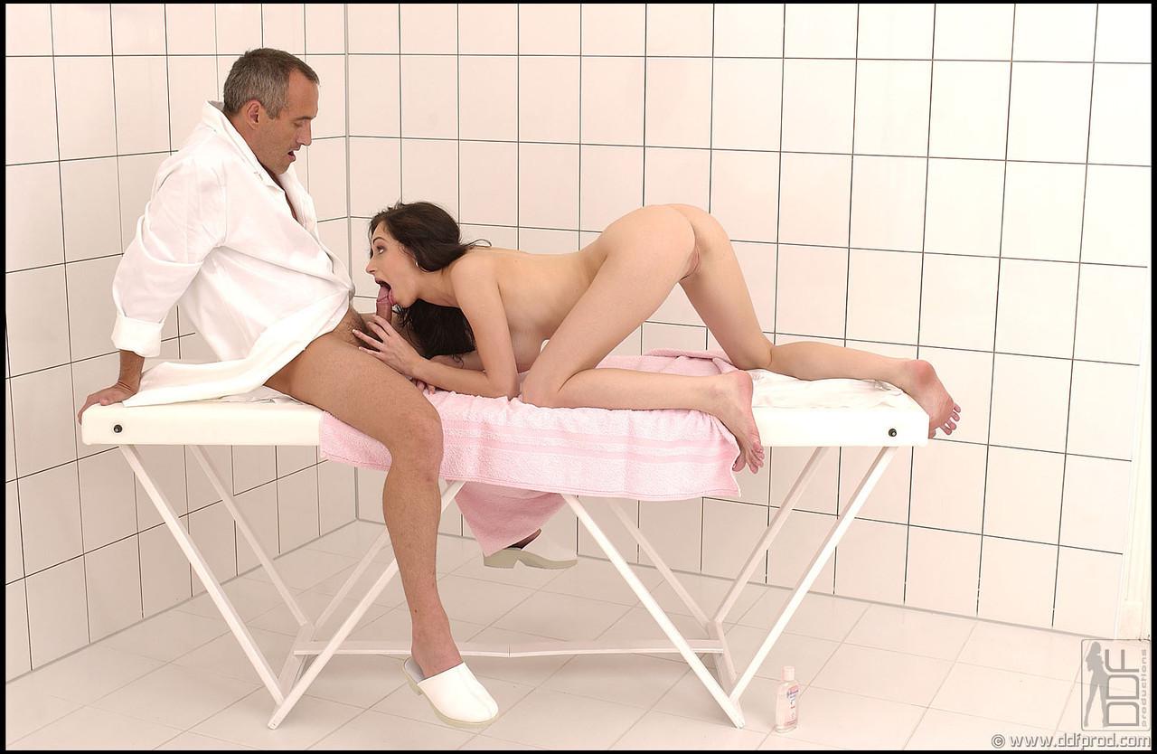 massazhist-trahaet-klientku-video
