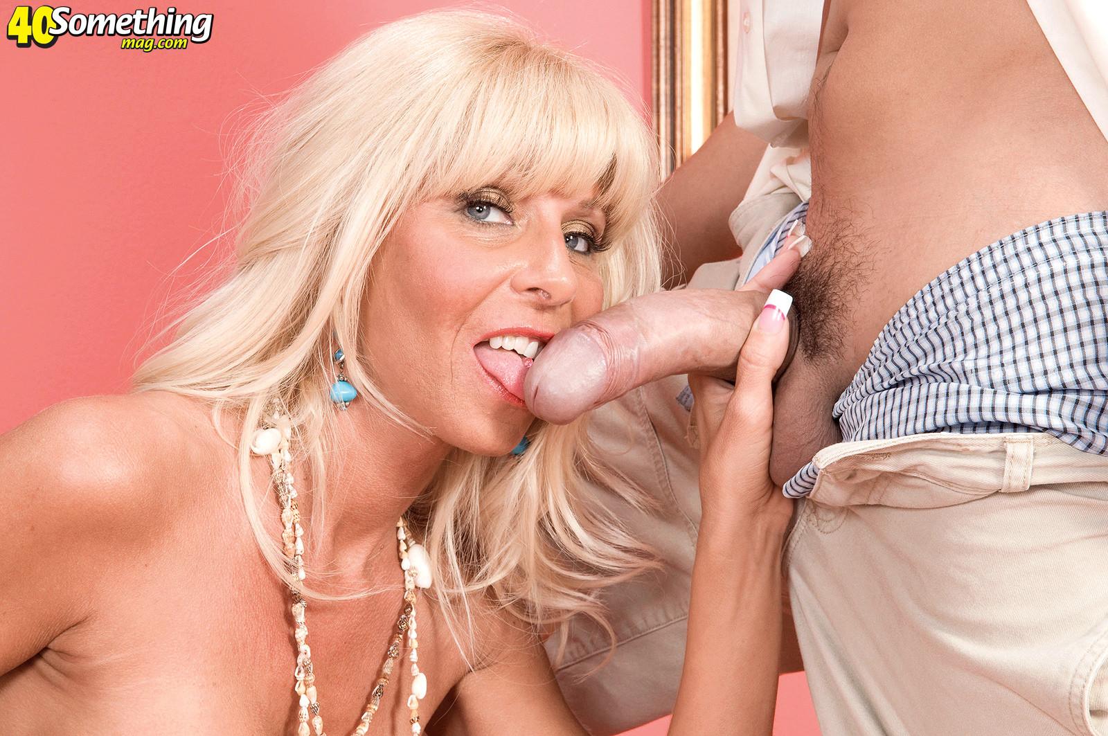 Пожилая блондинка все еще умеет возбуждать и получать удовольствие от секса