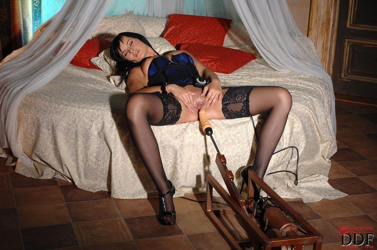 Эбби Кэт решила ощутить на себе действие секс-машины, поэтому с удовольствием раздвигает половые губки