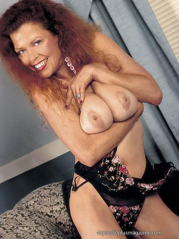 Грудастая женщина с рыжими волосами, садится пиздой на самотык