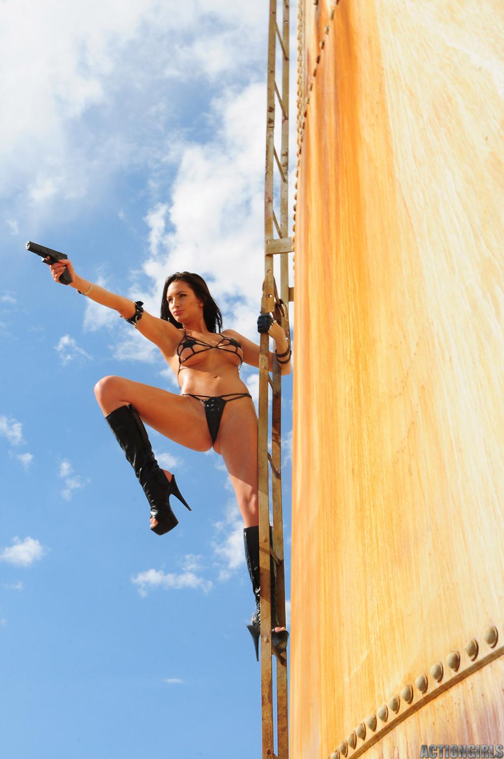 Рози Револьвер снимается в эротической картине, играя роль роковой телки с пистолетом и в одном нижнем белье