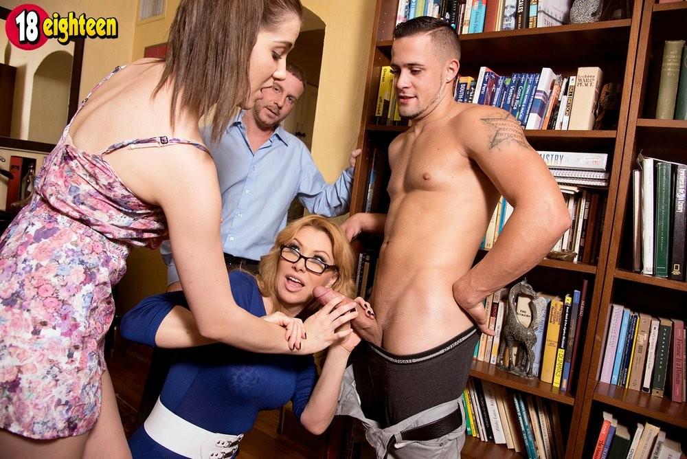 Взослая и молодая пара объединились и занимаются сексом