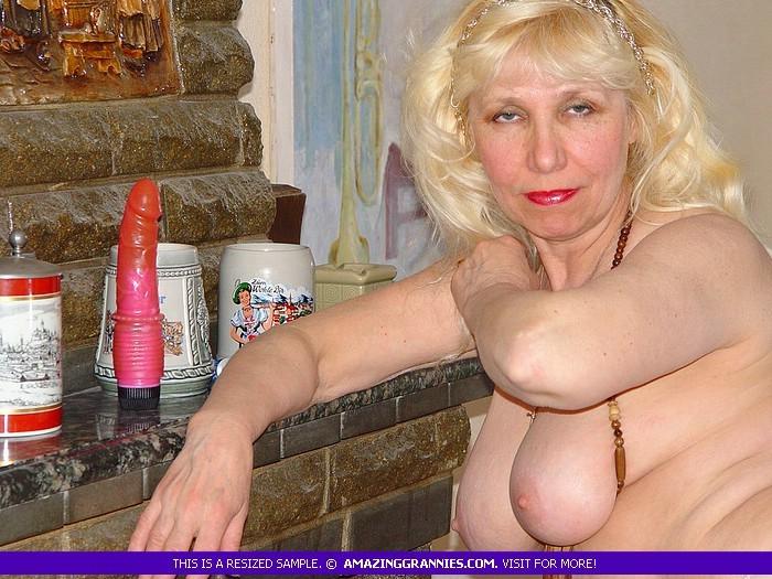 Русская пожилая женщина снимает чулки и остается в трусах