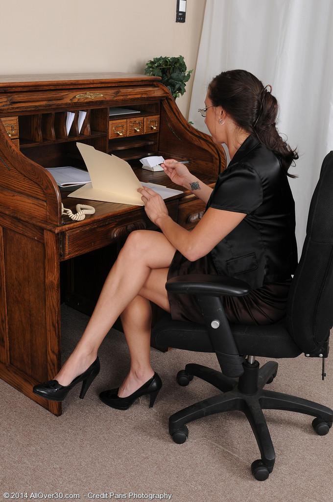 36-летняя Кайлинн показывает прелести на работе