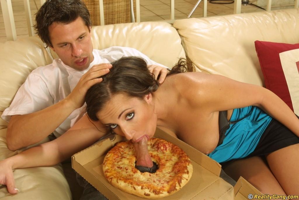 Домохозяйка соблазнила разносчика пиццы