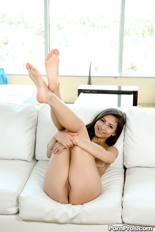 Нина Нос сует в вагину тонкую игрушку, но член ее парня просто огромен, он точно лучше ее удовлетворит
