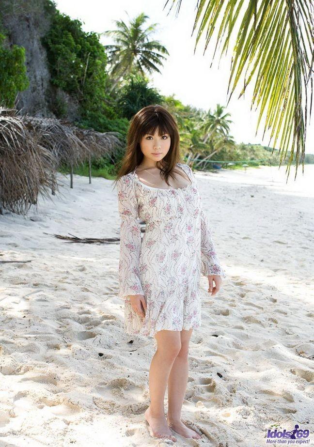 Голая японская пляжница Айа Хираи