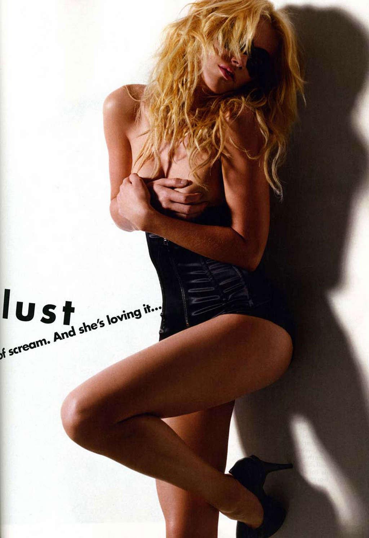 Актриса Эмбер Херд любит показывать свое шикарное тело во всей красе, участвует в групповухах мжм и скачет в позе наездницы