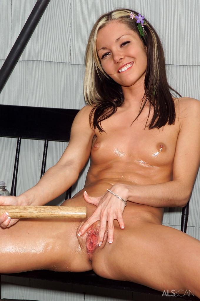 Девка работает в саду, но на уме у нее, как бы раздеться, намазаться лосьоном и запихать в пизду деревянную рукоять садового инвентаря