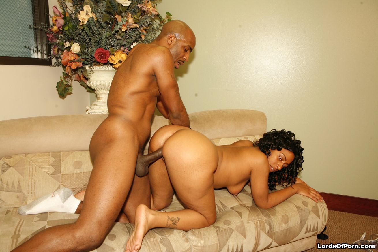 Жопастая негритянка ебется со своим мужем