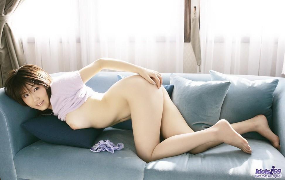 Азиатка приподняла лифчик показав упругую грудь