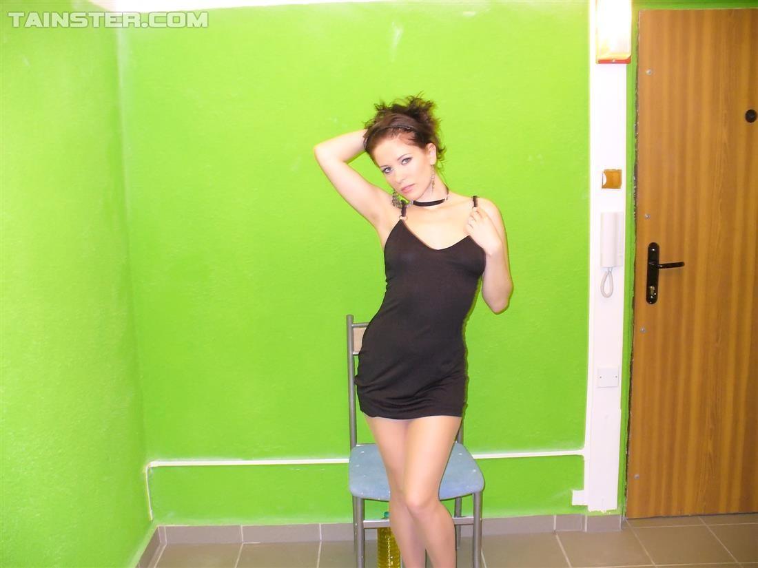 Девушка облила себя чем-то скользким и немного позадирала короткое платье