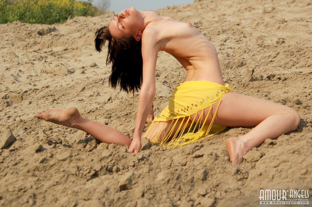 Молодая девушка позирует в пустынном месте