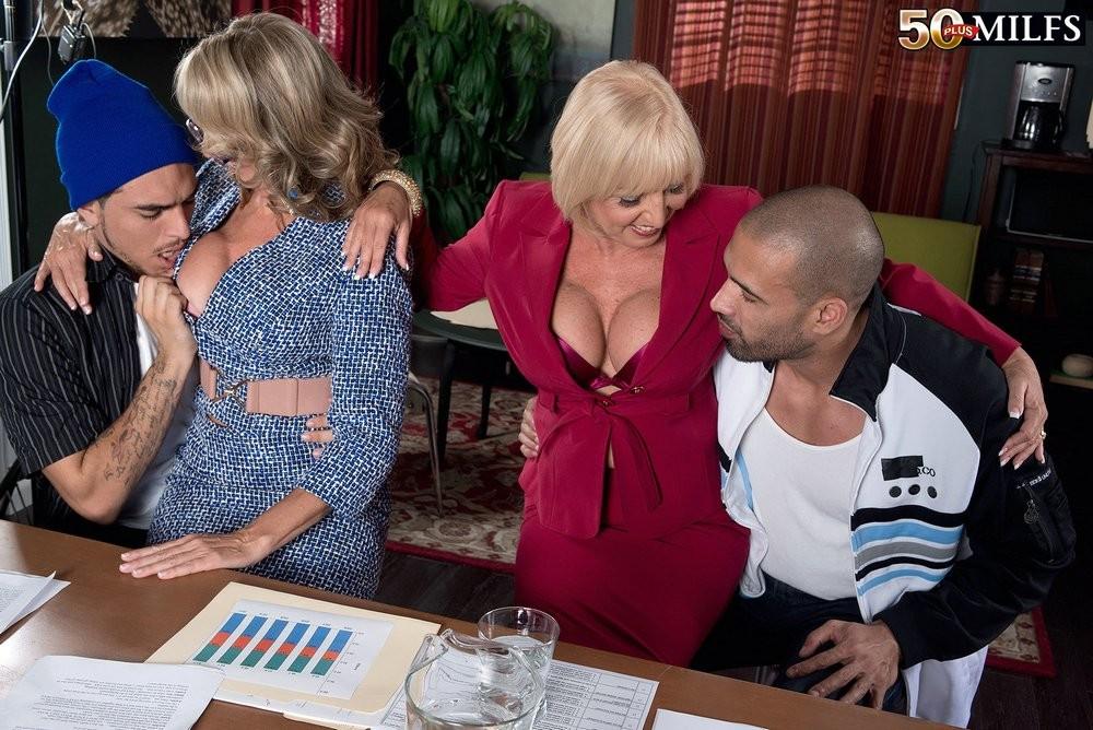 Ради подписания контракта две бизнес леди были готовы трахнуться с двумя мужчинами, но мужчины не очень их хотели
