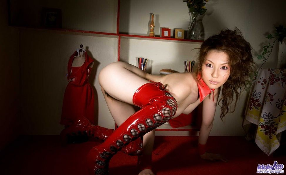 Тацуми Юи в латексе и на высоких каблуках показывает мягкие изгибы своего шикарного тела и волосатую пизду