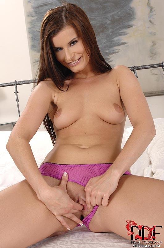 Меган любит хвастать, она готова смочить пальцы и приласкать пизду, чтобы вас возбудить