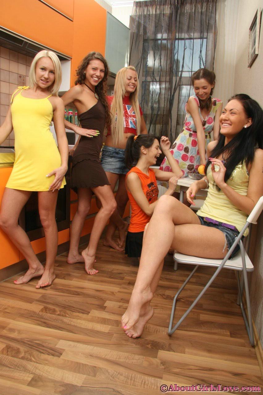 Шесть девок устроили небольшую вечеринку дома