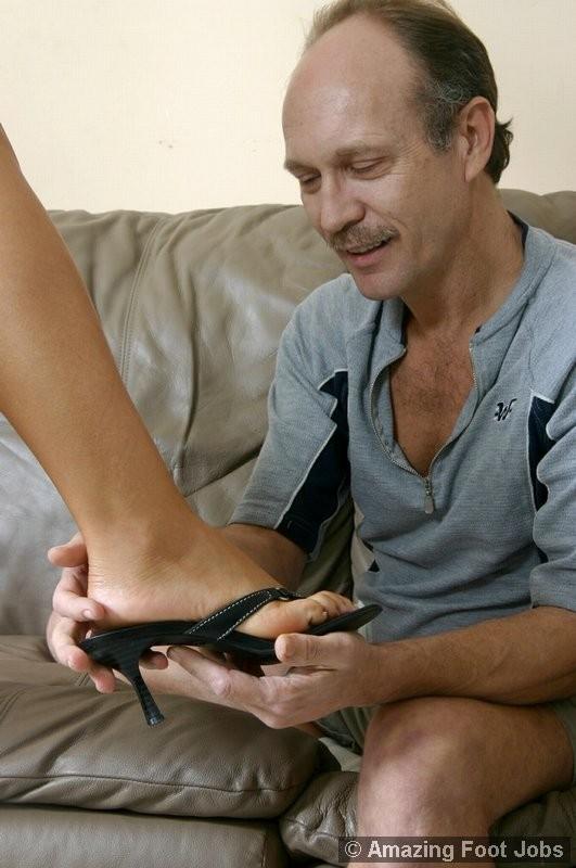 Взрослый мужик лижет пальцы ног девке, пока она мастурбирует, затем дрочит ее ступнями себе хер