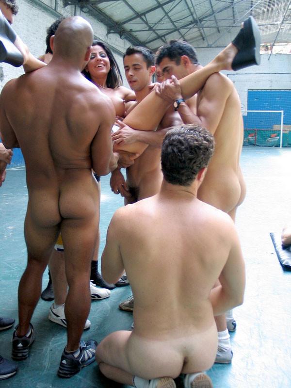 В этой галерее можно увидеть, как одна брюнетка обслуживает целую команду футболистов у них на поле