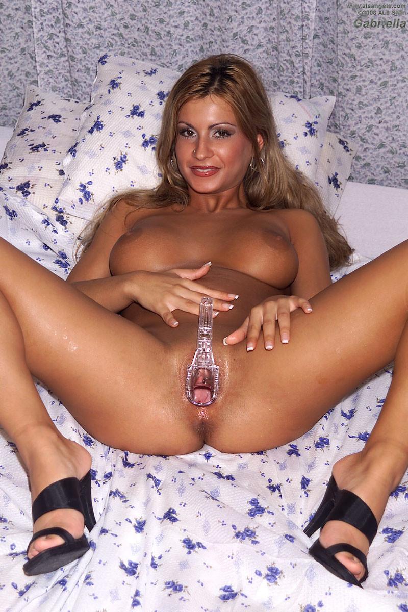 Габриэлла предлагает посмотреть на внутренность ее пизды