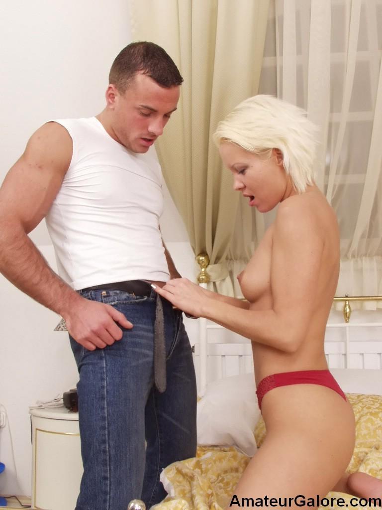 Нежный красивый секс ждет эту шикарную блондинку, она любит длительную прелюдию, а мужик хочет минета