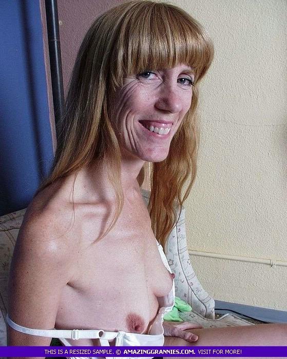 Зрелая дамочка показывает свое тело – она немного стесняется, но всё-таки забывает о своих недостатках