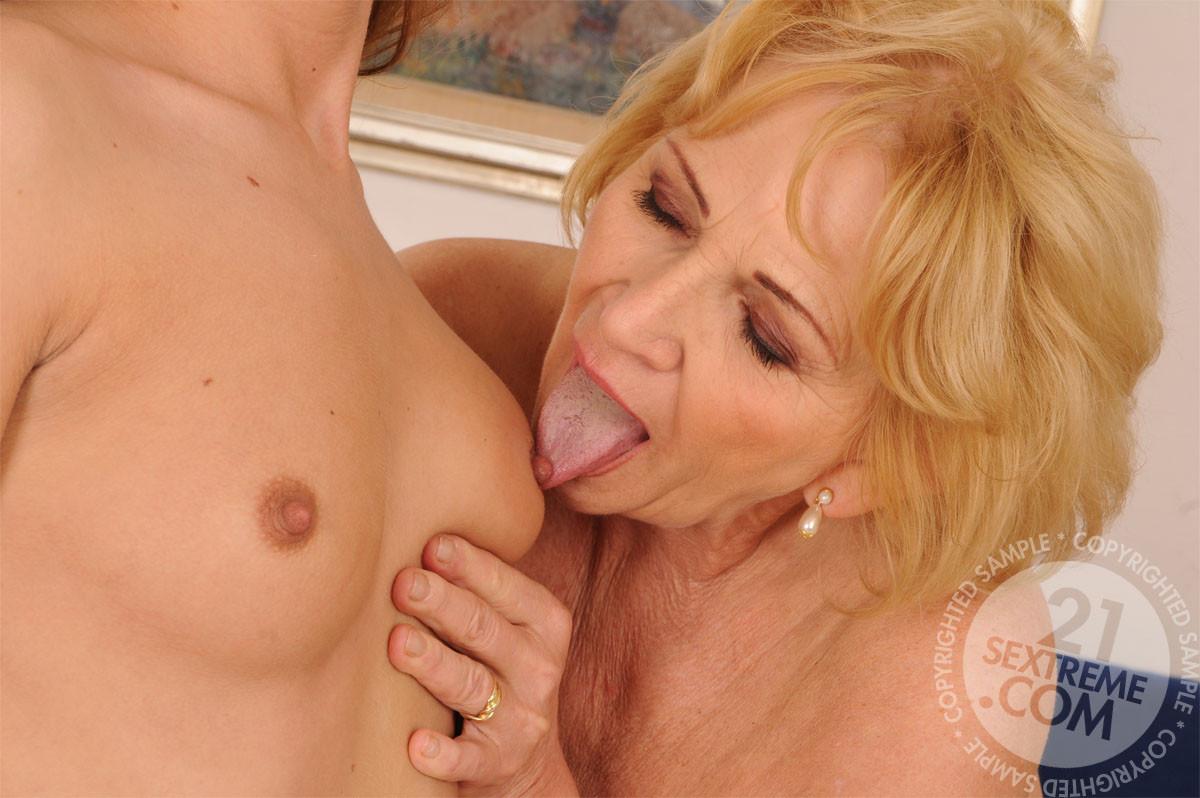 Красивая девушка играет с опытной лесбиянкой в душе, потом они практикуют куни и анилингус на постели