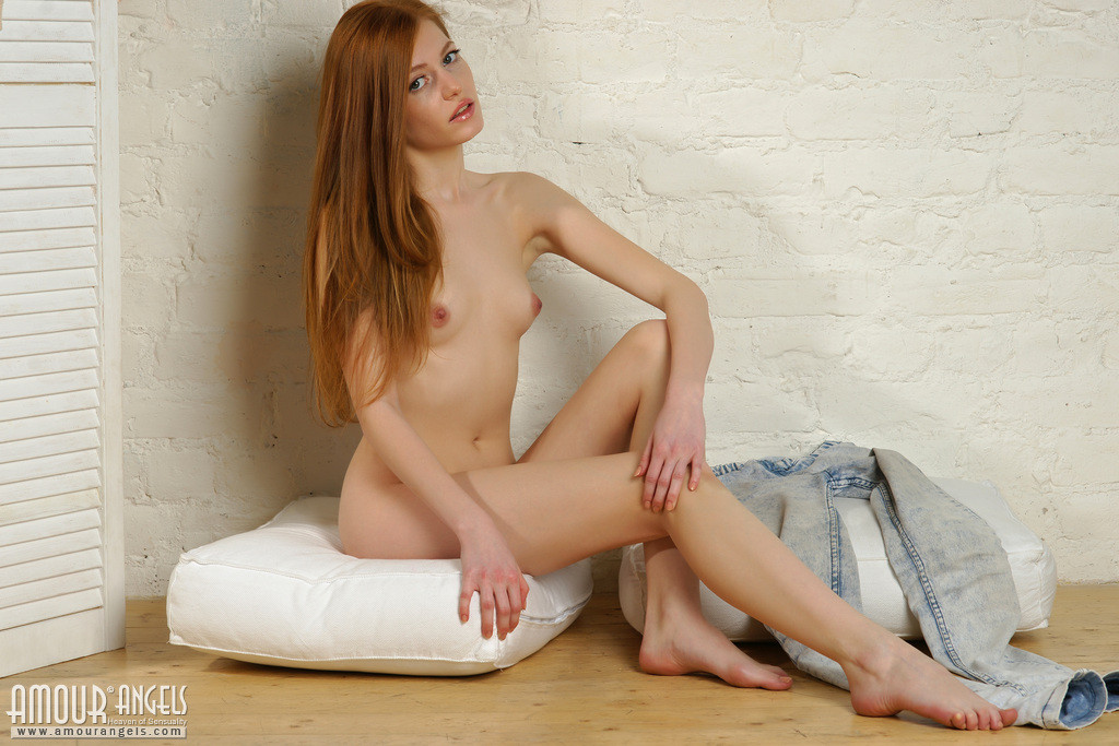Молодая эротичная голая сучка