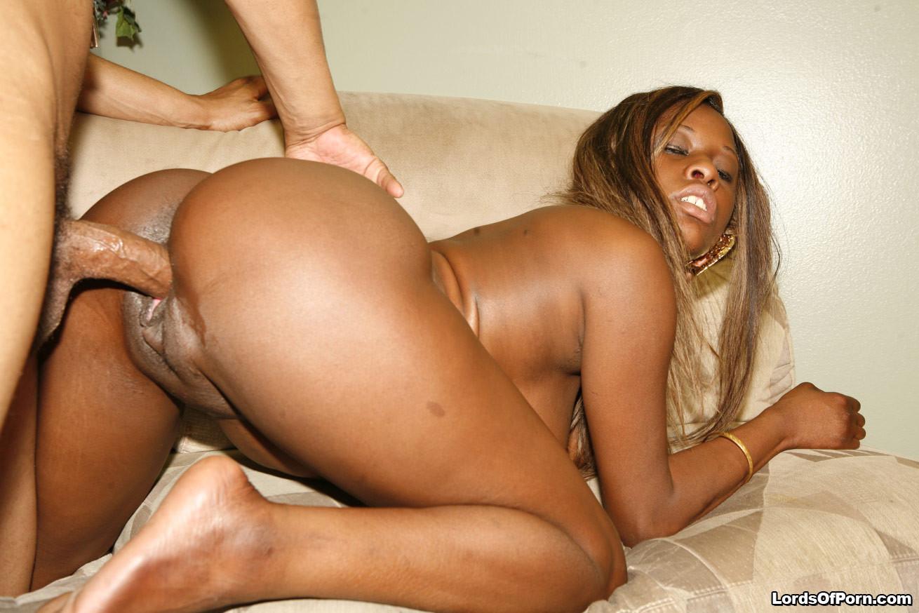 Негритянка с сочной жопой трахается с мужем