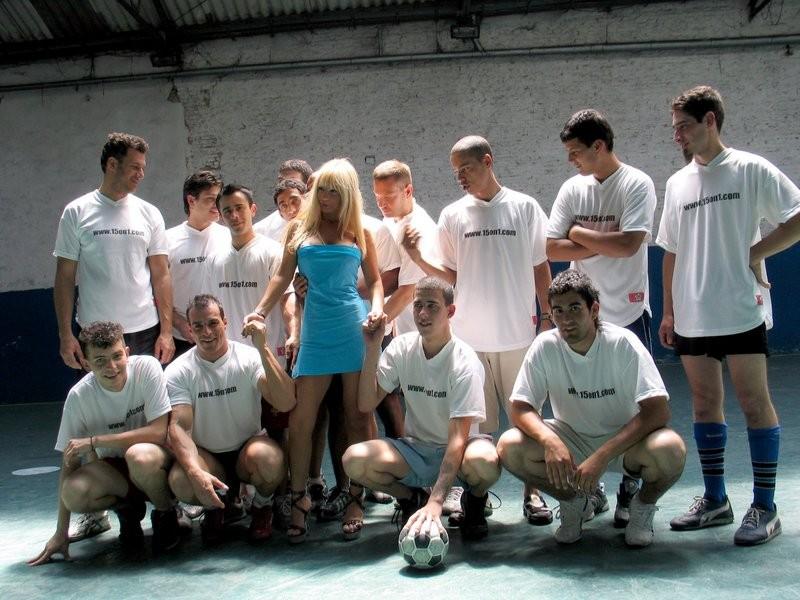 Красивая блондинка ублажает целую футбольную команду, позволяя себя трахать сразу нескольким