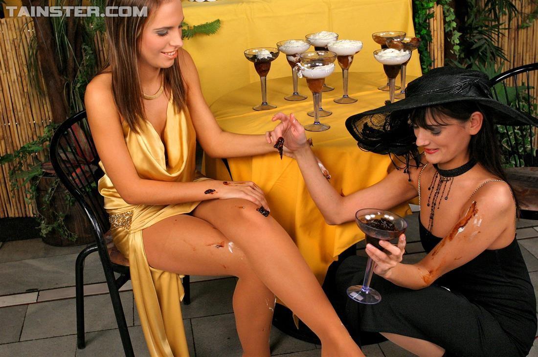 Две гламурные женщины обмазали себя едой во время ужина в ресторане