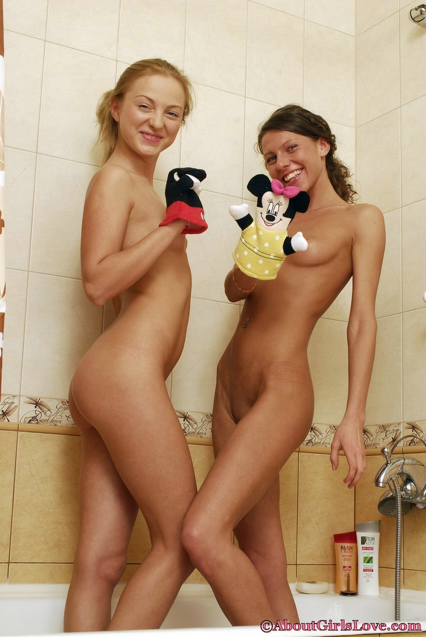 Две подруги лесбиянки пробуют заниматься сексом в ванной, они раздеваются и приступают к оральным утехам, смотреть кунилингус лесбиянок фото