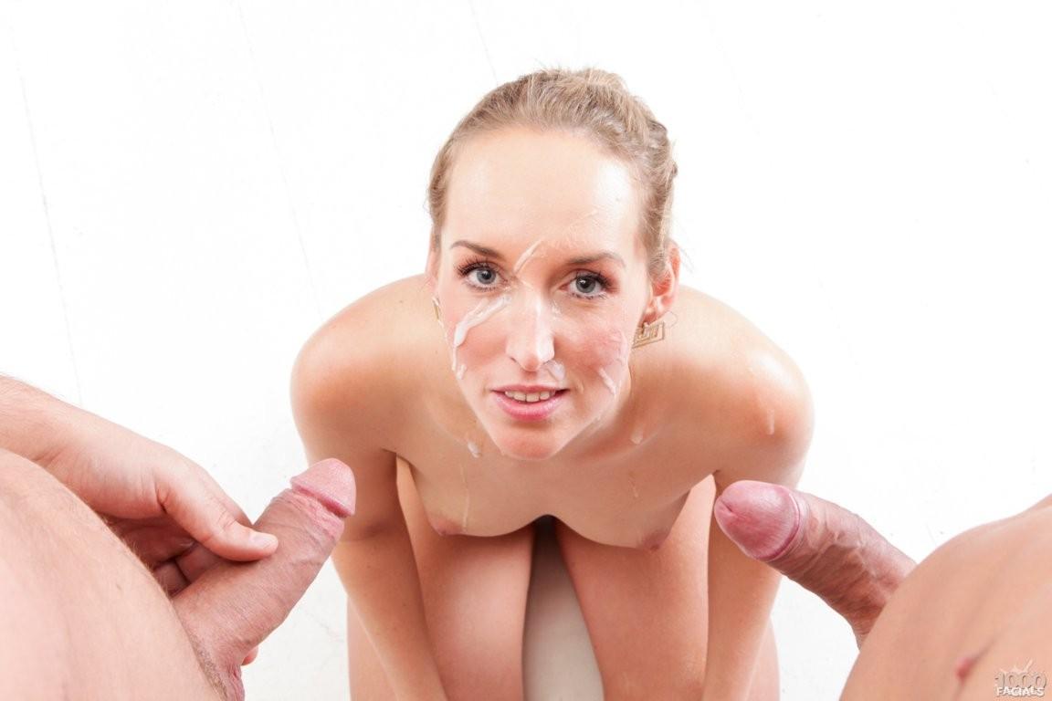 После отсоса у двоих мужчин, лицо Дженни Симонс естественно было покрыто большим количеством спермы