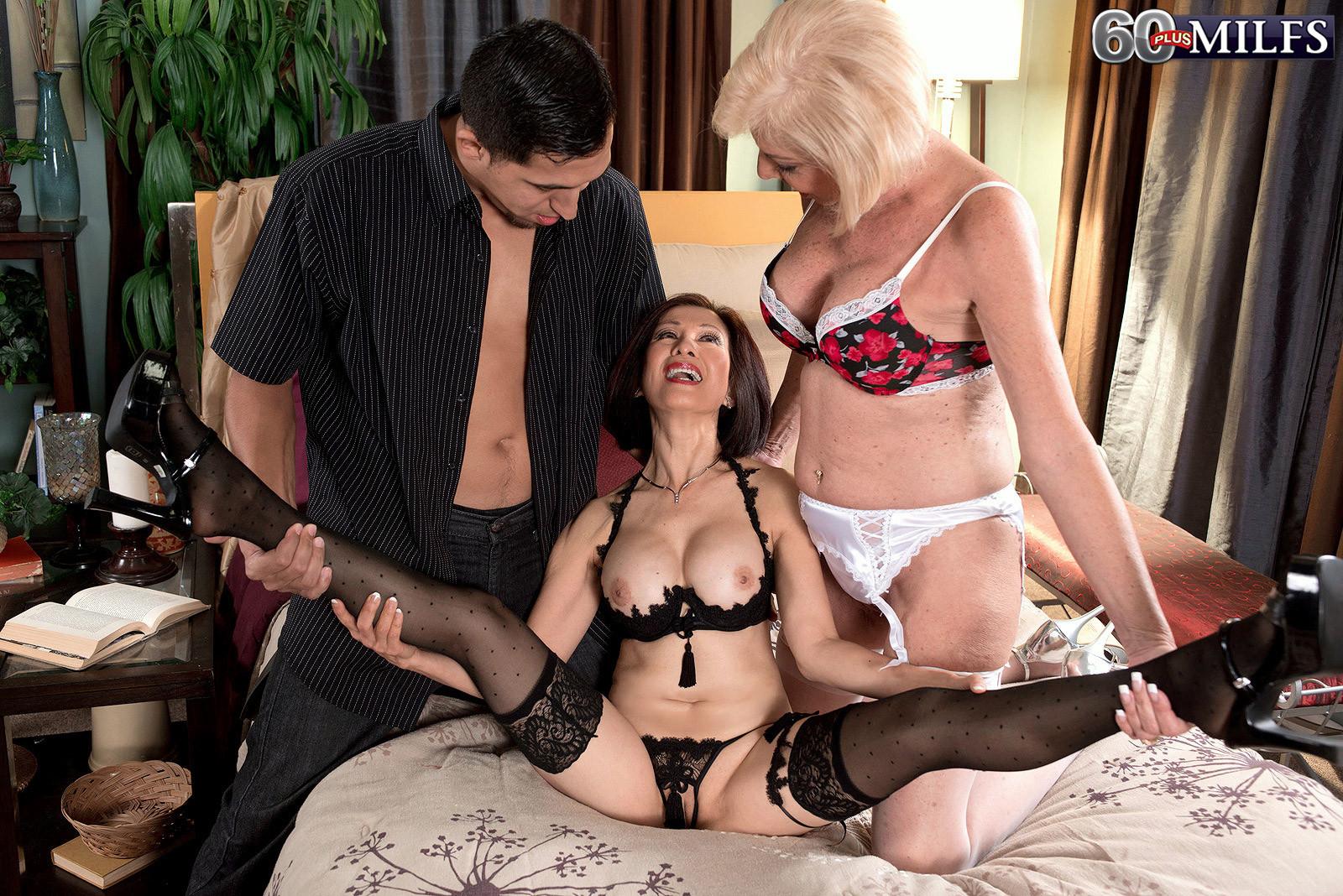 Две зрелые дамочки соблазняют одного мужчину своими лесбийскими ласками и поцелуями