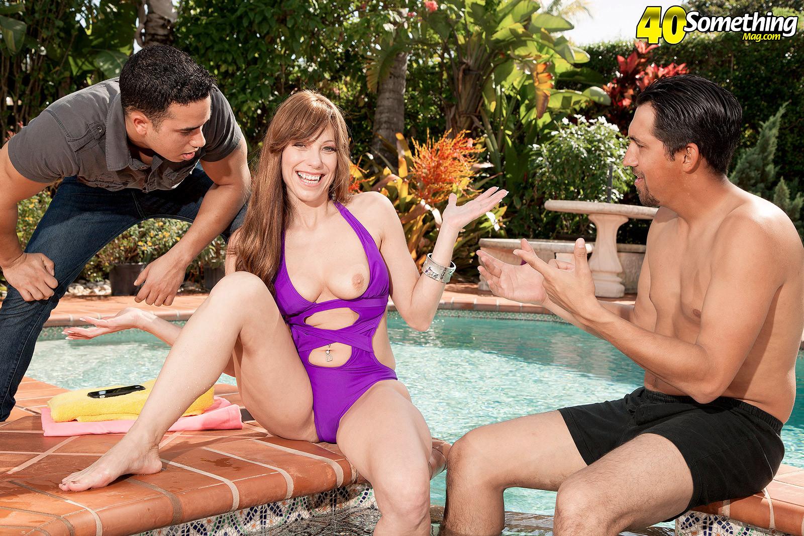 Муж застукал жену, во время ласк с чистильщиком бассейна и трахнул ее вместе с ним