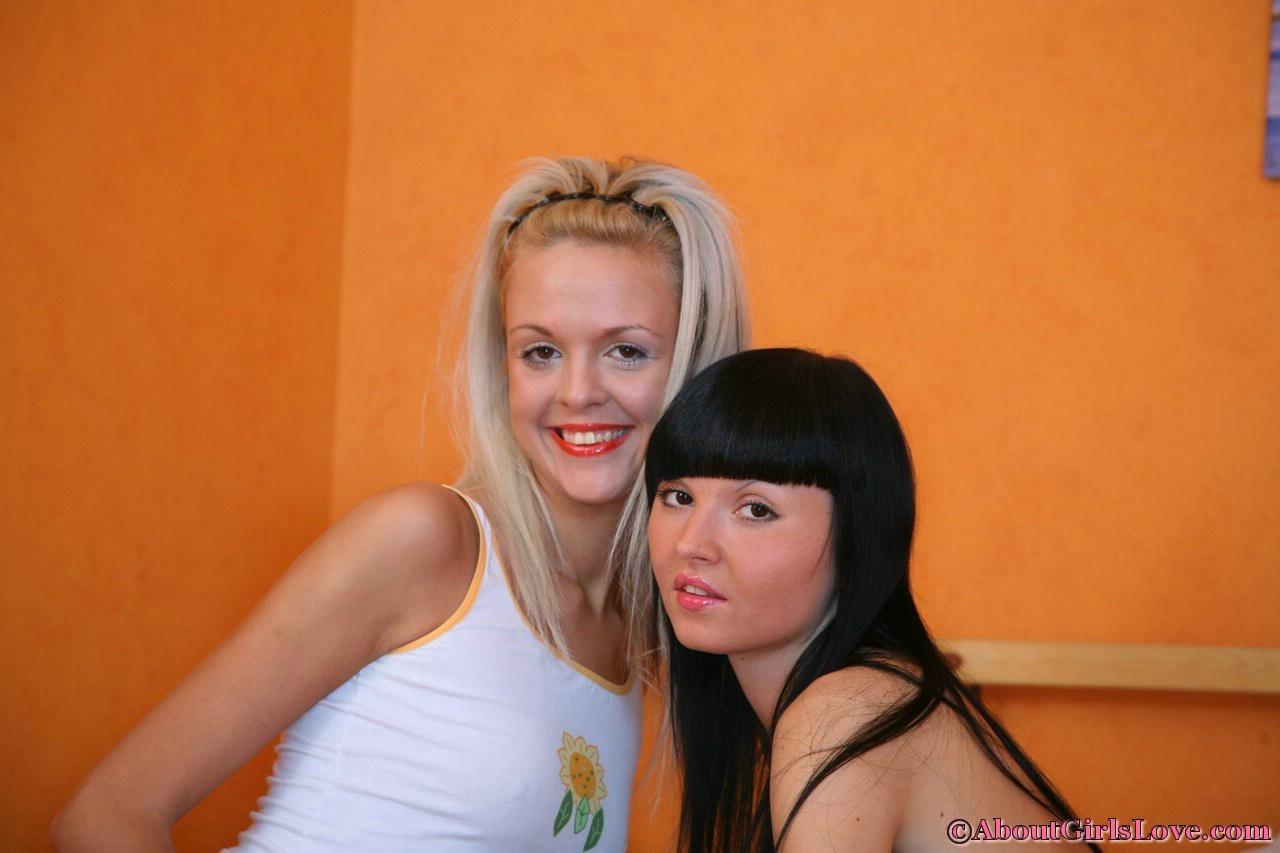 Молодые лесбиянки тыкают в друг дружку самотыки